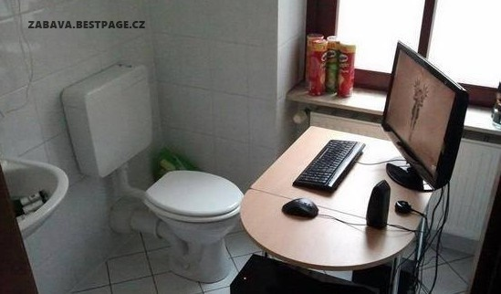 Pracuju ze záchodu