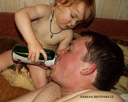 Milující syn napájí svého otce pivem